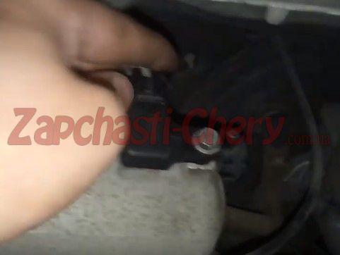 Подключаем датчик при включенном двигателе